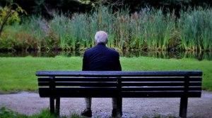 vecchio-uomo-di-spalle-su-una-panchina-al-parco